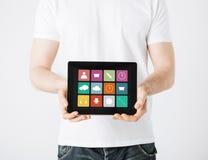 Κλείστε επάνω του ατόμου με app τα εικονίδια στο PC ταμπλετών Στοκ εικόνα με δικαίωμα ελεύθερης χρήσης