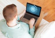 Κλείστε επάνω του ατόμου που εργάζεται με το lap-top στο σπίτι Στοκ φωτογραφία με δικαίωμα ελεύθερης χρήσης