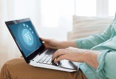 Κλείστε επάνω του ατόμου που εργάζεται με το lap-top στο σπίτι Στοκ εικόνα με δικαίωμα ελεύθερης χρήσης
