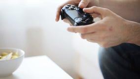 Κλείστε επάνω του ατόμου που παίζει το τηλεοπτικό παιχνίδι στο σπίτι φιλμ μικρού μήκους