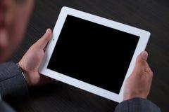 Κλείστε επάνω του ατόμου χρησιμοποιώντας την ταμπλέτα μαύρη οθόνη Στοκ εικόνες με δικαίωμα ελεύθερης χρήσης