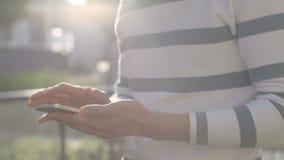 Κλείστε επάνω του ατόμου χρησιμοποιώντας το κινητό τηλέφωνο, υπαίθριος απόθεμα βίντεο