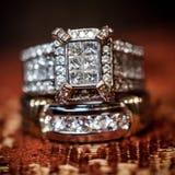 Κλείστε επάνω του γαμήλιου δαχτυλιδιού διαμαντιών Στοκ Εικόνα
