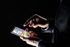 Κλείστε επάνω του επιχειρηματία με τα apps στο smartphone Στοκ Εικόνα