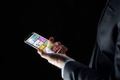 Κλείστε επάνω του επιχειρηματία με τα apps στο smartphone Στοκ φωτογραφία με δικαίωμα ελεύθερης χρήσης
