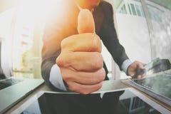 κλείστε επάνω του επιχειρηματία που δίνει τους αντίχειρες επάνω στο γραφείο του ως concep Στοκ Φωτογραφίες