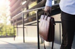Κλείστε επάνω του επιχειρηματία που κρατά έναν χαρτοφύλακα Στοκ Φωτογραφίες