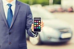 Κλείστε επάνω του επιχειρησιακού ατόμου με τις επιλογές smartphone Στοκ φωτογραφία με δικαίωμα ελεύθερης χρήσης