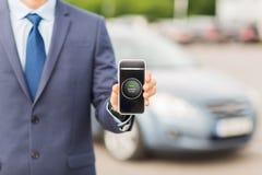 Κλείστε επάνω του επιχειρησιακού ατόμου με το smartphone app Στοκ Φωτογραφίες