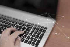 Κλείστε επάνω του επιχειρησιακού ατόμου που εργάζεται στο φορητό προσωπικό υπολογιστή με κοινωνικό Στοκ Εικόνα