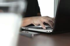 Κλείστε επάνω του επιχειρησιακού ατόμου που εργάζεται στο φορητό προσωπικό υπολογιστή Στοκ εικόνα με δικαίωμα ελεύθερης χρήσης