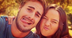 Κλείστε επάνω του ευτυχούς ζεύγους που παίρνει selfie στο πάρκο απόθεμα βίντεο