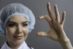 Κλείστε επάνω του ευχαριστημένου γιατρού που παρουσιάζει κάτι με τα χέρια της στοκ φωτογραφία με δικαίωμα ελεύθερης χρήσης