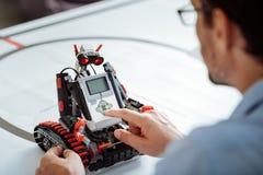 Κλείστε επάνω του ελέγχου του ρομπότ από τον επαγγελματικό μηχανικό Στοκ Εικόνες