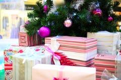 Κλείστε επάνω του διακοσμημένων χριστουγεννιάτικου δέντρου και των κιβωτίων Στοκ φωτογραφία με δικαίωμα ελεύθερης χρήσης