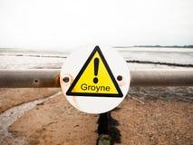 Κλείστε επάνω του κίτρινου τριγώνου θαυμαστικών groyne στον πόλο μετάλλων Στοκ εικόνα με δικαίωμα ελεύθερης χρήσης