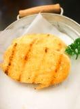 Κλείστε επάνω του κίτρινου ψωμιού σκόρδου στο τηγάνι Στοκ Εικόνες