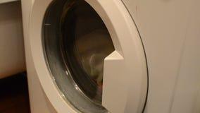 Κλείστε επάνω του καυκάσιου αρσενικού πλυντηρίου φόρτωσης χεριών απόθεμα βίντεο