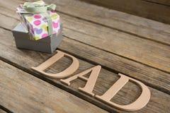 Κλείστε επάνω του κειμένου μπαμπάδων με τα δώρα Στοκ Φωτογραφία