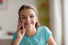 Κλείστε επάνω του κοριτσιού που καλεί το smartphone στο σπίτι Στοκ Φωτογραφία