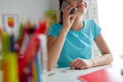 Κλείστε επάνω του κοριτσιού που καλεί το smartphone στο σπίτι Στοκ φωτογραφία με δικαίωμα ελεύθερης χρήσης