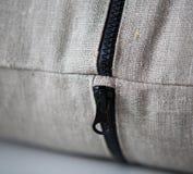 Κλείστε επάνω του μαύρου φερμουάρ στην κάλυψη μαξιλαριών Στοκ Εικόνες