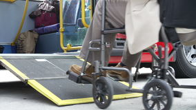 Κλείστε επάνω του με ειδικές ανάγκες ατόμου στην αναπηρική καρέκλα λεωφορείο τροφής απόθεμα βίντεο