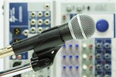 Κλείστε επάνω του μικροφώνου στη αίθουσα συναυλιών ή η αίθουσα συνδιαλέξεων, κλείνει επάνω το παλαιό μικρόφωνο στη αίθουσα συνδια Στοκ φωτογραφία με δικαίωμα ελεύθερης χρήσης