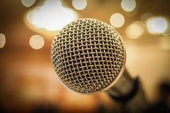 Κλείστε επάνω του μικροφώνου στη αίθουσα συναυλιών ή τη αίθουσα συνδιαλέξεων με το λ Στοκ φωτογραφία με δικαίωμα ελεύθερης χρήσης