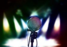 Κλείστε επάνω του μικροφώνου στη αίθουσα συναυλιών ή τη αίθουσα συνδιαλέξεων Στοκ Εικόνες