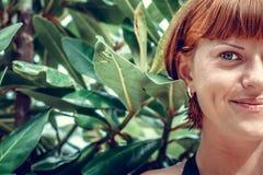 Κλείστε επάνω του μισού πορτρέτου προσώπου της νέας όμορφης γυναίκας σε πράσινο βγάζει φύλλα πίσω Τροπικό νησί Μπαλί, Ινδονησία ό Στοκ φωτογραφίες με δικαίωμα ελεύθερης χρήσης