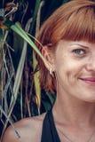 Κλείστε επάνω του μισού πορτρέτου προσώπου της νέας όμορφης γυναίκας σε πράσινο βγάζει φύλλα πίσω Τροπικό νησί Μπαλί, Ινδονησία ό Στοκ φωτογραφία με δικαίωμα ελεύθερης χρήσης