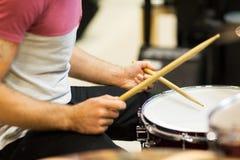 Κλείστε επάνω του μουσικού με τα τυμπανόξυλα που παίζει τα τύμπανα Στοκ Φωτογραφίες