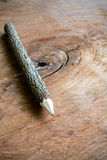 Κλείστε επάνω του μολυβιού κλάδων παλαιό ξύλινο σε κατασκευασμένο Στοκ Εικόνα