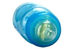 Κλείστε επάνω του μπλε πλαστικού μπουκαλιού μωρών με τη σαφή ρώγα Στοκ εικόνα με δικαίωμα ελεύθερης χρήσης