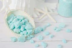 Κλείστε επάνω του μπλε aroma spa άλατος με τα κοχύλια θάλασσας Στοκ Εικόνες