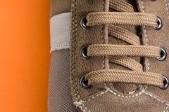Περιστασιακός καφετής στενός επάνω παπουτσιών Στοκ Εικόνες