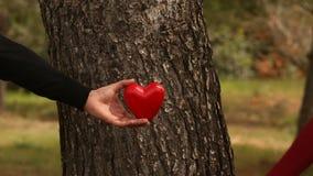 Κλείστε επάνω του νέου ζεύγους που ανυψώνει μια καρδιά απόθεμα βίντεο