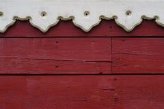 Κλείστε επάνω του ξύλινου τοίχου με μέρος του ξύλινου χαρασμένου πλαισίου παραθύρων Στοκ Εικόνες