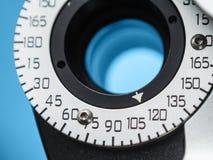Κλείστε επάνω του οπτικού εξοπλισμού στο γραφείο του γιατρού ματιών Στοκ εικόνες με δικαίωμα ελεύθερης χρήσης