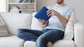 Κλείστε επάνω του παίζοντας παιχνιδιού ατόμων στο PC ταμπλετών στο σπίτι απόθεμα βίντεο