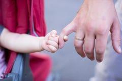 Κλείστε επάνω του πατέρα που κρατά το χέρι κορών του, τόσο γλυκός, οικογενειακός χρόνος Στοκ φωτογραφία με δικαίωμα ελεύθερης χρήσης