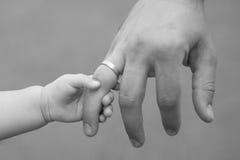 Κλείστε επάνω του πατέρα που κρατά το χέρι κορών του, τόσο γλυκός, οικογενειακός χρόνος Στοκ Φωτογραφία