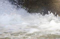 Κλείστε επάνω του παφλασμού του νερού που διαμορφώνει τις μορφές αφρού Στοκ εικόνα με δικαίωμα ελεύθερης χρήσης