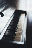 Κλείστε επάνω του παλαιού πληκτρολογίου πιάνων Στοκ Φωτογραφίες