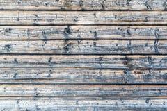 Κλείστε επάνω του παλαιού φορεμένου τοίχου σπιτιών κούτσουρων υπαίθρια Στοκ Φωτογραφία
