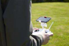 Κλείστε επάνω του πετώντας κηφήνα Quadcopter ατόμων στον κήπο Στοκ Φωτογραφίες