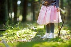 Κλείστε επάνω του ποδιού παιδιών ` s σταθμεύει την άνοιξη Χαριτωμένο μικρό κορίτσι που έχει τη διασκέδαση κατά τη διάρκεια του δα Στοκ φωτογραφία με δικαίωμα ελεύθερης χρήσης