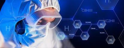 Κλείστε επάνω του προσώπου επιστημόνων στο χημικό εργαστήριο στοκ φωτογραφίες