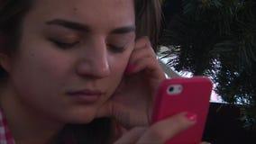 Κλείστε επάνω του προσώπου κοριτσιών χρησιμοποιώντας το smartphone απόθεμα βίντεο